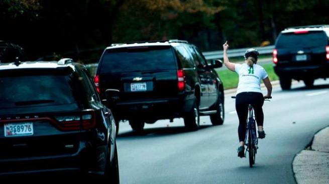 Despiden de su trabajo a mujer que le saco el dedo a Donald Trump