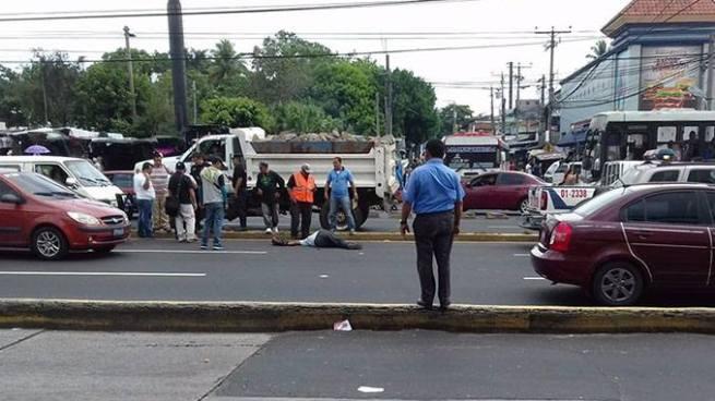 Hombre es atropellado en una zona con tres pasarelas en Soyapango