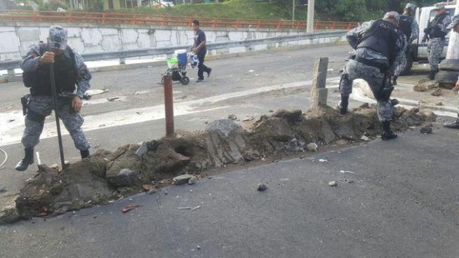 Policía removió obstáculos en una entrada de la colonia Dina en San Salvador