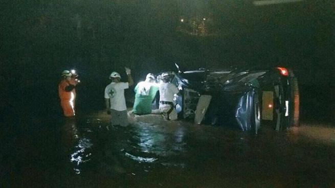 Al menos 6 personas lesionadas luego que vehículo se precipitara del puente Melara, La Libertad