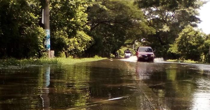 Río grande de San Miguel se desborda debido a las fuertes lluvias