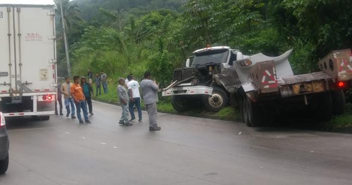 Rastra con desperfectos mecánicos se accidenta y genera caos en carretera Los Chorros