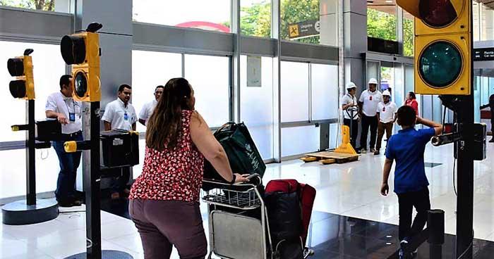 Implementan nuevo sistema de revisión de equipaje en el aeropuerto Monseñor Romero