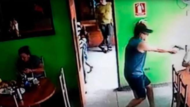 Sicario aparta a una niña antes de acribillar a su victima