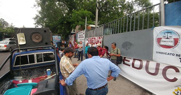 Sindicalistas cierran departamental del MINED en San Salvador y piden una mesa de diálogo