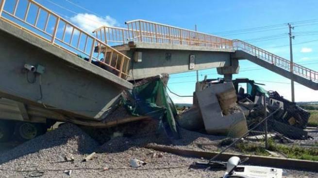 Tráiler impacta y derriba un puente en México
