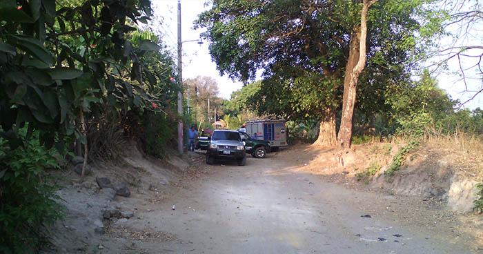 Encapuchados matan a tres hombres y privan de libertad a una mujer en Santa Tecla