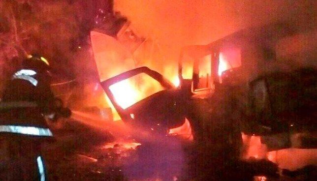 Hombre se salva de morir luego que su vehículo se incendiara tras chocar con un poste