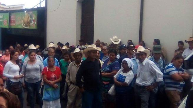 Veteranos de guerra cierran el paso al centro judicial de Sensuntepeque
