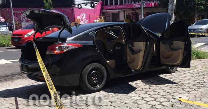 Abandonan vehículo con reporte de robo en San Salvador