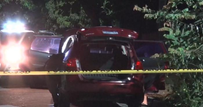 Vehículo abandonado sospecho de contener explosivos, tenía un impacto de bala y rastros de sangre