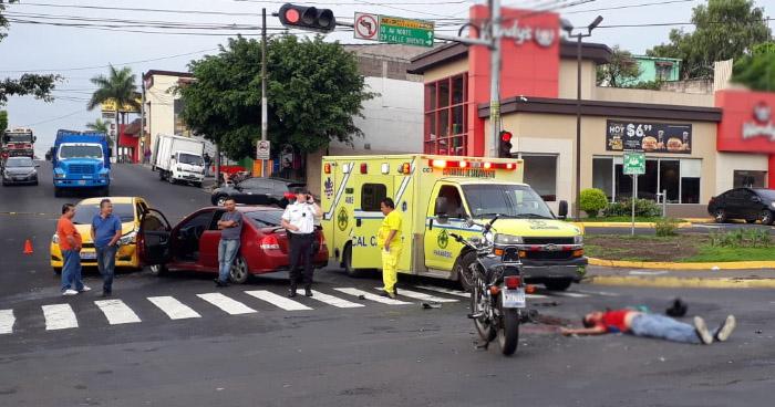 Un motociclista muerto y su acompañante lesionado tras triple choque en la 29 calle oriente de San Salvador