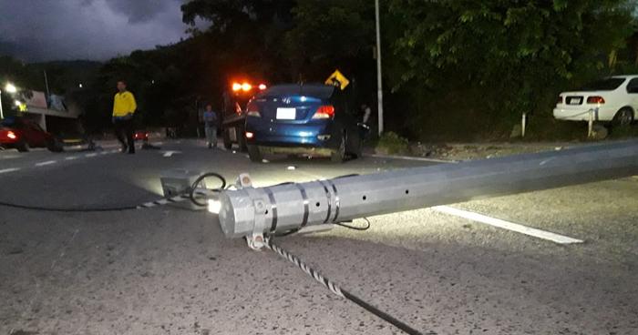 Vehículo choca y derriba un poste sobre la 75 Avenida Norte