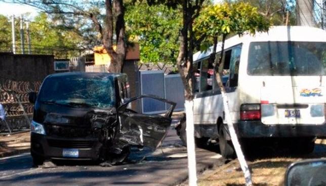Fuerte accidente de tránsito mantiene cerrada la Alameda Manuel Enrique Araujo sentido a Santa Tecla