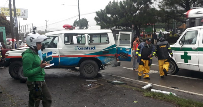 Pick up choca contra una ambulancia que trasladaba a una embarazada en Santa Tecla