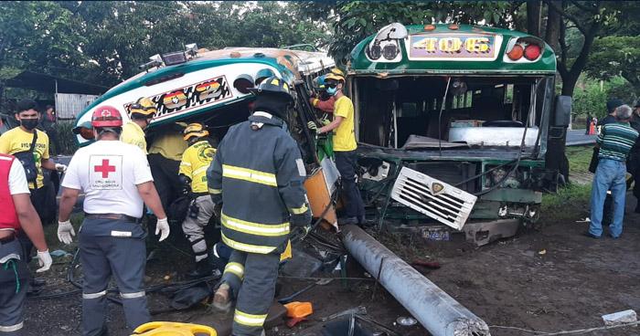 Al menos 12 lesionados tras choque entre autobuses en carretera a Santa Ana