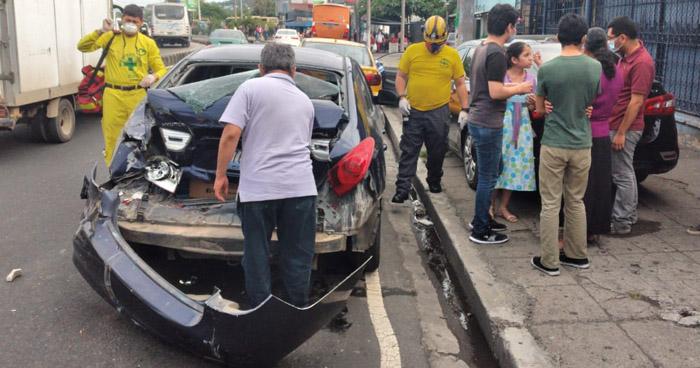 Triple choque deja varios lesionados en Avenida Peralta, de San Salvador