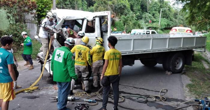 Un fallecido y varios lesionados deja aparatoso choque en carretera a Suchitoto