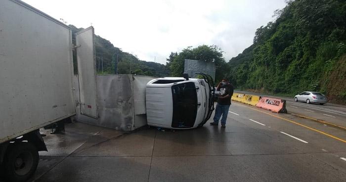 Un lesionado tras vuelco de camión en carretera Los Chorros