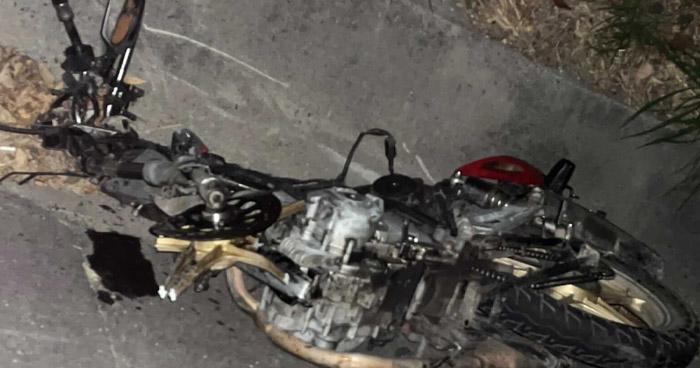 Motociclista muere al chocar contra un vehículo en carretera de Oro
