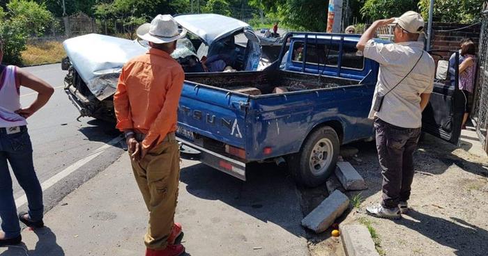 Choque entre pick ups deja un muerto en carretera de Chalatenango