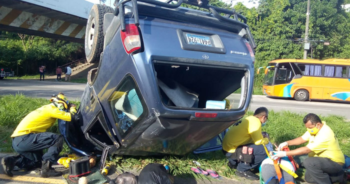 Tres lesionados tras fuerte accidente en carretera Comalapa