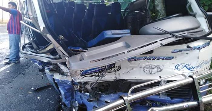 Al menos 20 lesionados tras choque de microbús y pick up en carretera antigua a Zacatecoluca