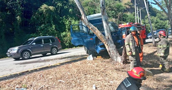 Conductor lesionado tras impactar contra un árbol en carretera a Comalapa