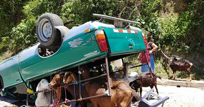 Cuatro personas lesionadas tras vuelco de un pick up sobre carretera a Comalapa