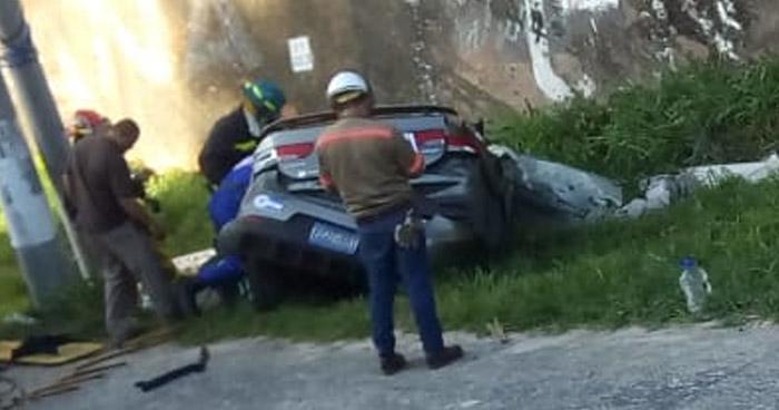 Conductor pierde el control e impacta contra un poste en carretera a Comalapa