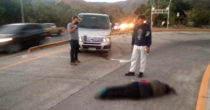 Mujer muere al ser atropellada en carretera Comalapa