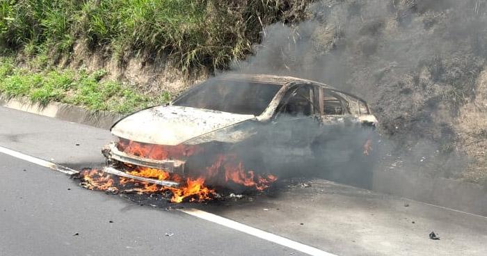 Vehículo se incendia tras chocar con otro en carretera de Oro
