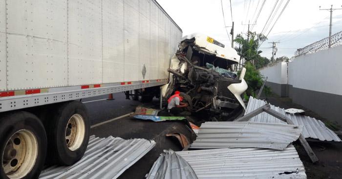 Cuantiosos daños tras fuerte accidente en carretera a Sonsonate