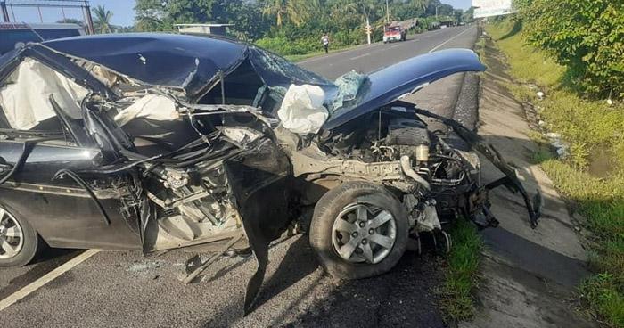 Conductora gravemente lesionada tras chocar contra rastra en carretera Litoral