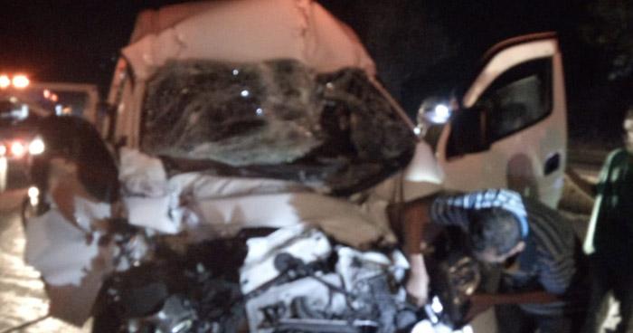 Conductor queda atrapado tras chocar contra un camión en carretera de Oro