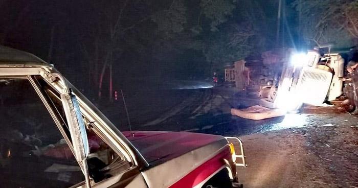 Conductor lesionado tras vuelco de rastra en carretera Litoral, La Libertad