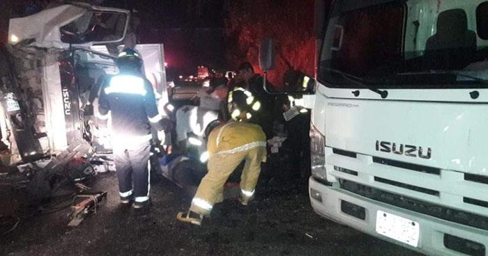 Tres lesionados tras choque entre camiones y motocicleta en Cuscatlán