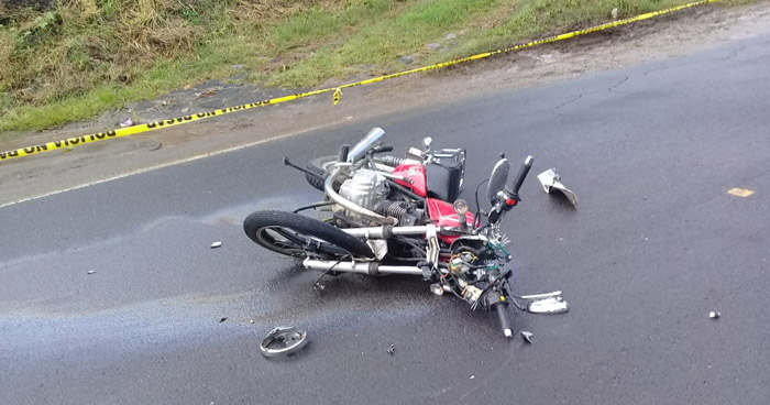 Muere motociclista tras chocar con un pick up en carretera Litoral Antigua, La Paz