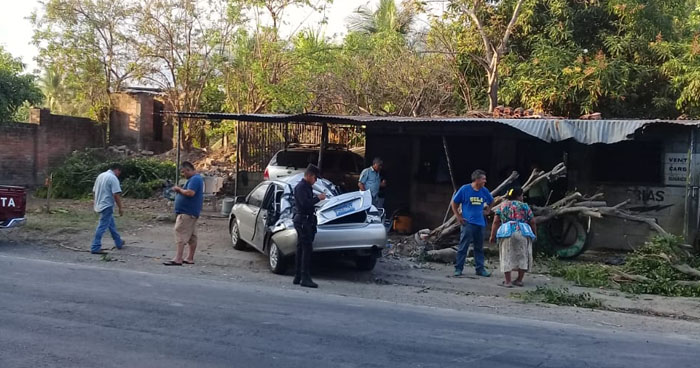 Un muerto y tres lesionados luego que vehículo chocara contra un árbol