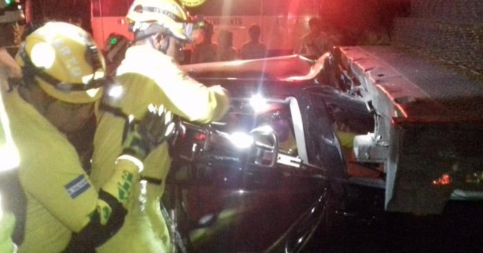 Tres mujeres en estado de ebriedad lesionadas luego que chocaran con una rastra estacionada en avenida Masferrer Norte