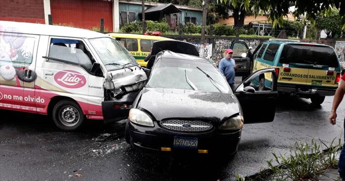 Al menos 7 lesionados tras fuerte accidente de tránsito en San Salvador