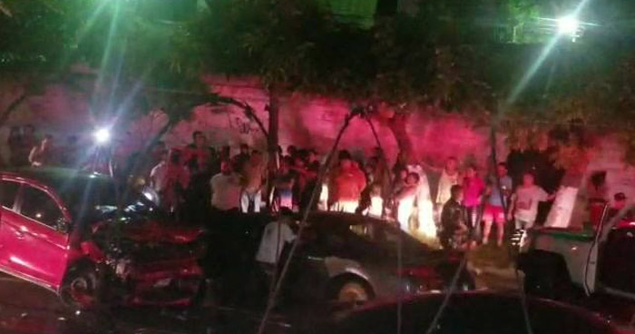 Dos atrapados deja choque frontal en la colonia Zacamil de Mejicanos