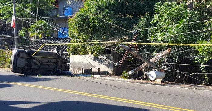 Accidente y postes de energía eléctrica derribados provocó cierre de una carretera de Morazán