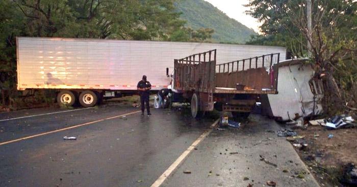 Paso bloqueado sobre carretera Panamericana por accidente en San Vicente