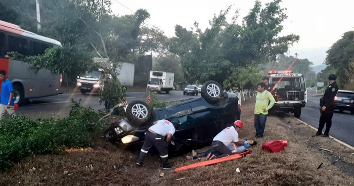Conductor lesionado tras volcar su vehículo en Santa Cruz Michapa