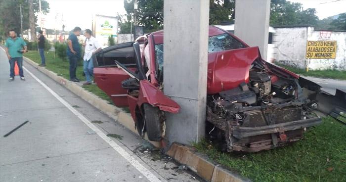 Conductora lesionada luego que autobús la sacara de la vía