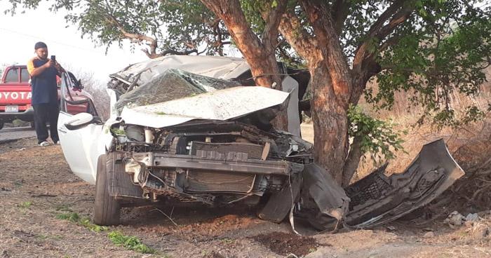 Hombre muere al chocar su vehículo contra un árbol en carretera de La Unión