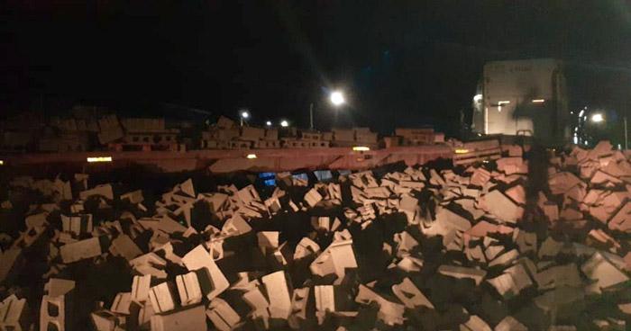 Rastra con ladrillos se accidenta y deja escombros en paso desnivel de 49 Avenida Sur