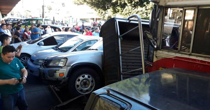 Motorista pierde el control e impacta contra 5 vehículos en el Mercado San Miguelito