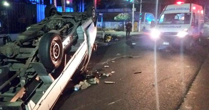 Motociclista irrespeta semáforo en rojo, provoca accidente y deja tres lesionados